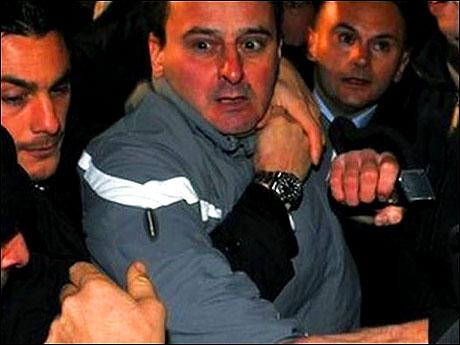 Berlusconi'nin burnunu kırdılar! galerisi resim 19
