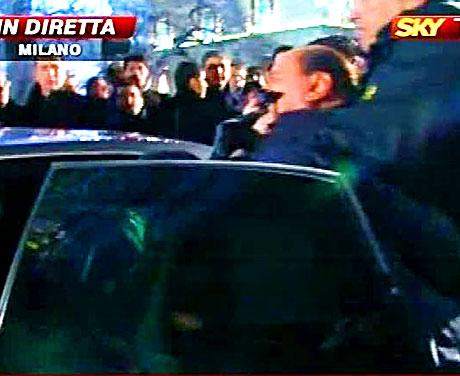 Berlusconi'nin burnunu kırdılar! galerisi resim 7
