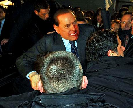 Berlusconi'nin burnunu kırdılar! galerisi resim 8