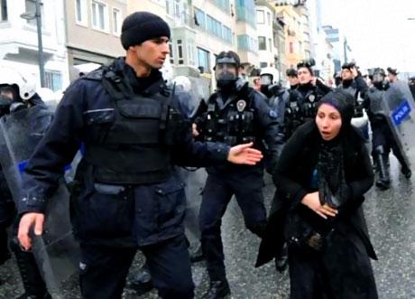 Polis, kadın çocuk ayırmadı! galerisi resim 15