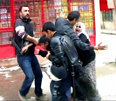 Polis, kadın çocuk ayırmadı! galerisi resim 17