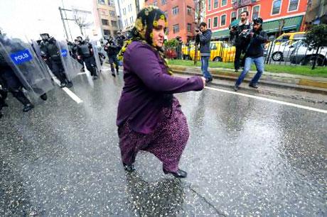 Polis, kadın çocuk ayırmadı! galerisi resim 21
