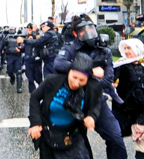 Polis, kadın çocuk ayırmadı! galerisi resim 48