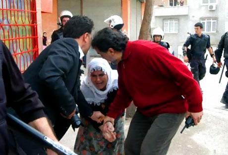 Polis, kadın çocuk ayırmadı! galerisi resim 8