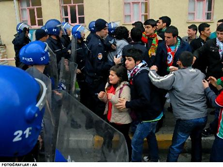 Diyarbakır Bursa maçında olaylar çıktı! galerisi resim 21