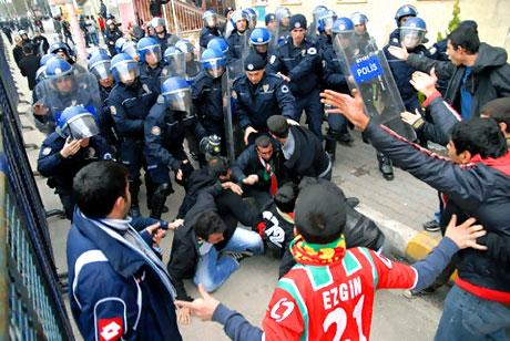Diyarbakır Bursa maçında olaylar çıktı! galerisi resim 28