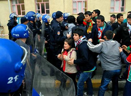 Diyarbakır Bursa maçında olaylar çıktı! galerisi resim 29