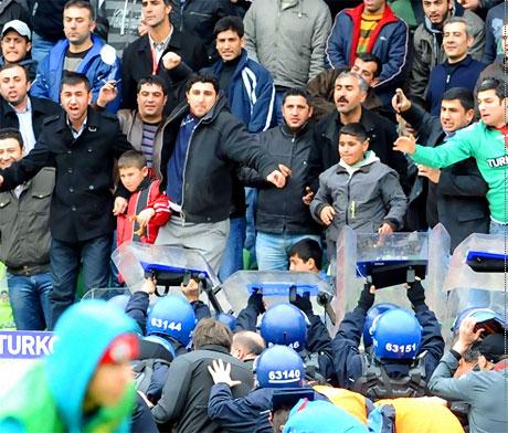 Diyarbakır Bursa maçında olaylar çıktı! galerisi resim 44