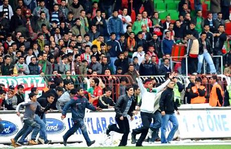 Diyarbakır Bursa maçında olaylar çıktı! galerisi resim 47