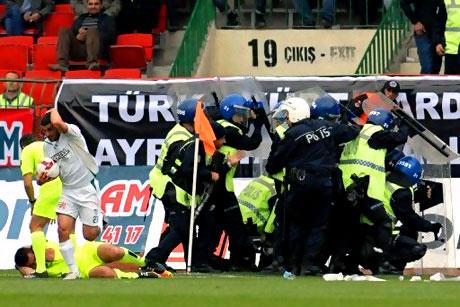 Diyarbakır Bursa maçında olaylar çıktı! galerisi resim 50