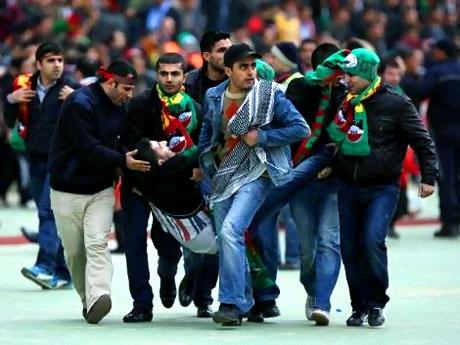 Diyarbakırspor - İBB maçında olaylar çıktı galerisi resim 13