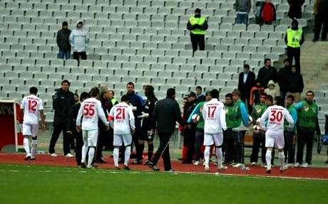 Diyarbakırspor - İBB maçında olaylar çıktı galerisi resim 6