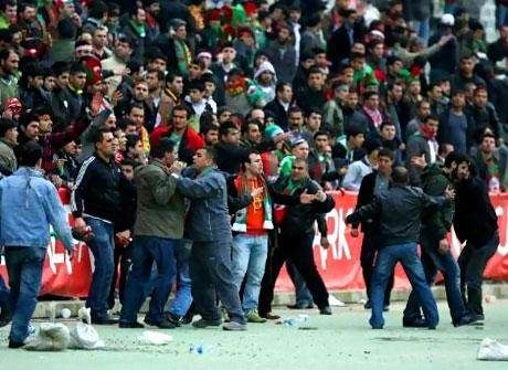 Diyarbakırspor - İBB maçında olaylar çıktı galerisi resim 8