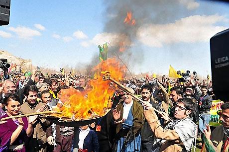 Diyarbakır'da Newroz ateşi yakıldı galerisi resim 42