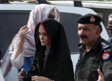Angelina Jolie Felaket bölgesininde galerisi resim 17