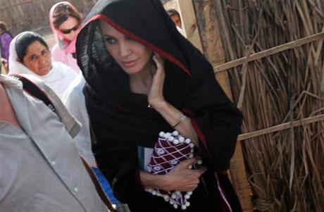 Angelina Jolie Felaket bölgesininde galerisi resim 6