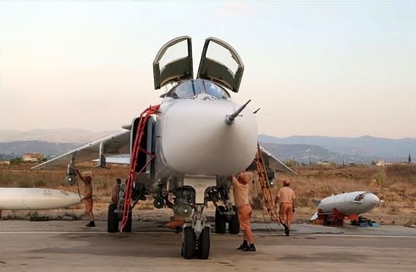 Rus jetlerinin IŞİD'i vurduğu üsten ilk görüntüler galerisi resim 12