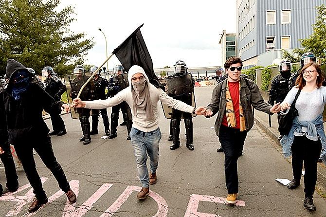 Fransa'da işçiler ayakta galerisi resim 10