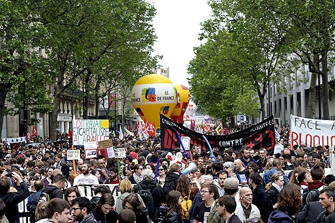 Fransa'da işçiler ayakta galerisi resim 11