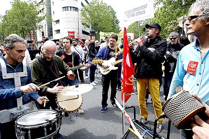 Fransa'da işçiler ayakta galerisi resim 12