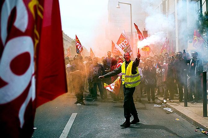 Fransa'da işçiler ayakta galerisi resim 4