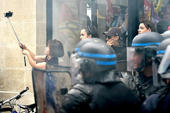 Fransa'da işçiler ayakta galerisi resim 5