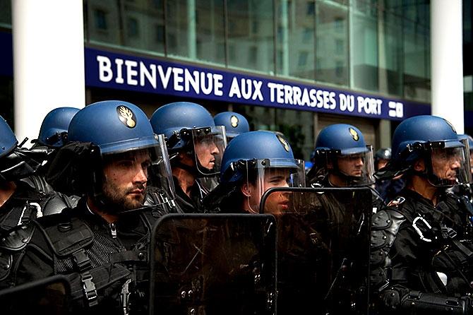 Fransa'da işçiler ayakta galerisi resim 6