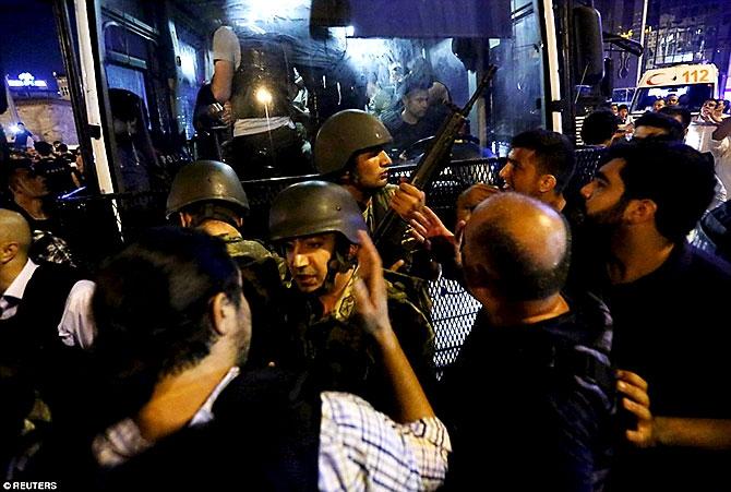 Türkiye'yi sarsan geceden fotoğraflar galerisi resim 103