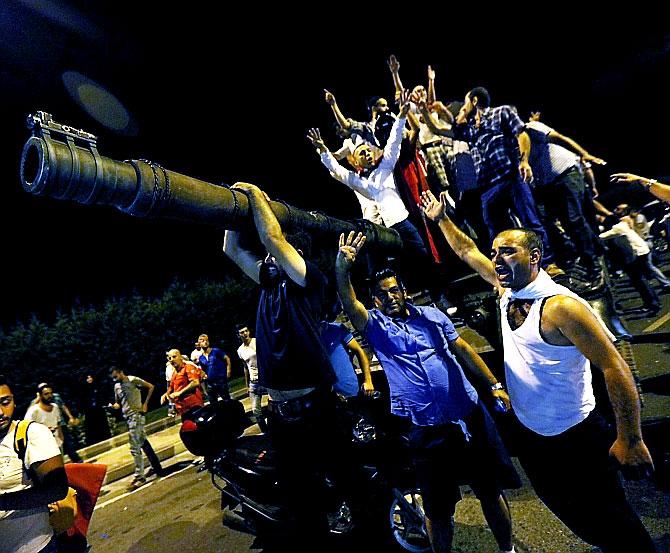 Türkiye'yi sarsan geceden fotoğraflar galerisi resim 18