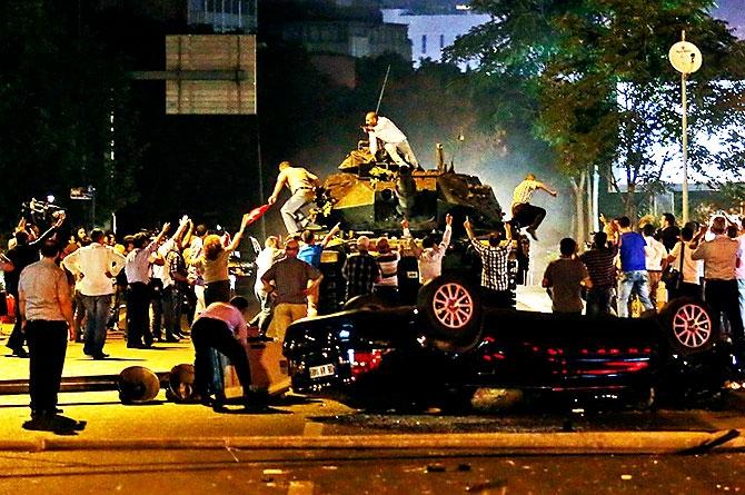 Türkiye'yi sarsan geceden fotoğraflar galerisi resim 93