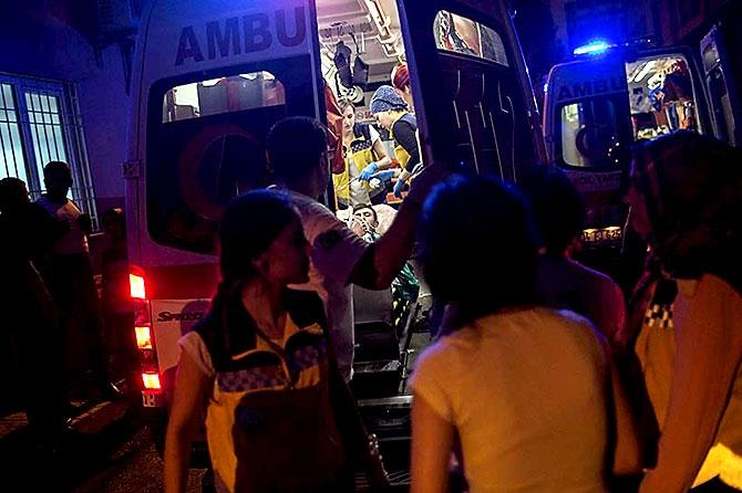Antep'te bombalı saldırı: En az 50 kişi hayatını kaybetti galerisi resim 12