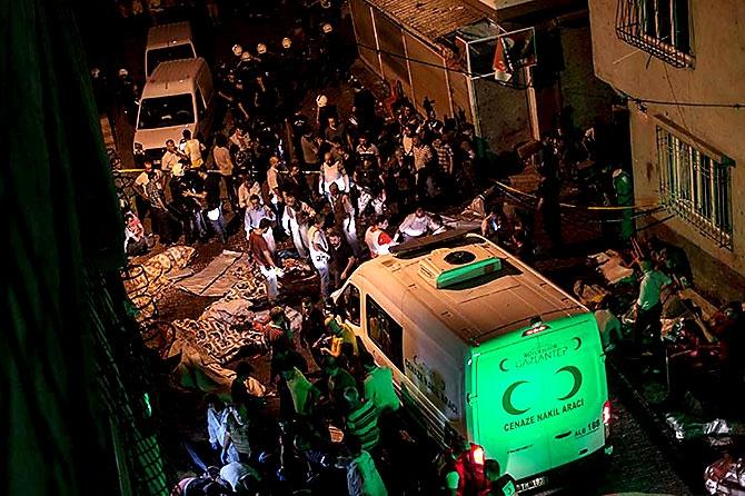 Antep'te bombalı saldırı: En az 50 kişi hayatını kaybetti galerisi resim 17
