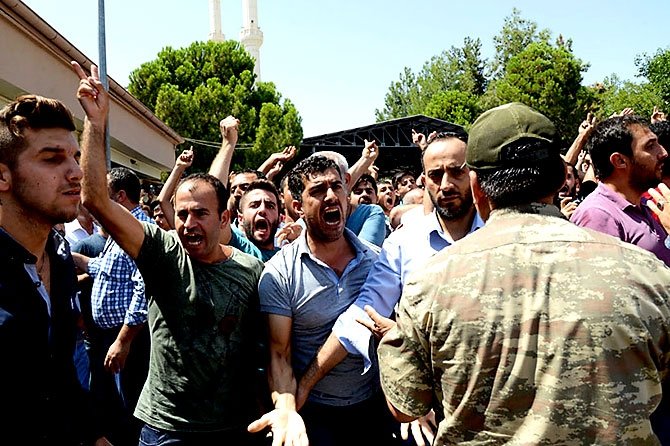 Antep'te bombalı saldırı: En az 50 kişi hayatını kaybetti galerisi resim 41