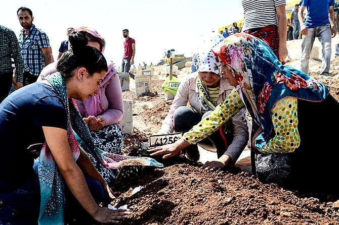 Antep'te bombalı saldırı: En az 50 kişi hayatını kaybetti galerisi resim 45