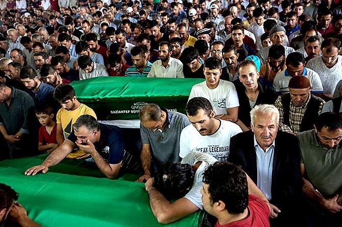 Antep'te bombalı saldırı: En az 50 kişi hayatını kaybetti galerisi resim 53