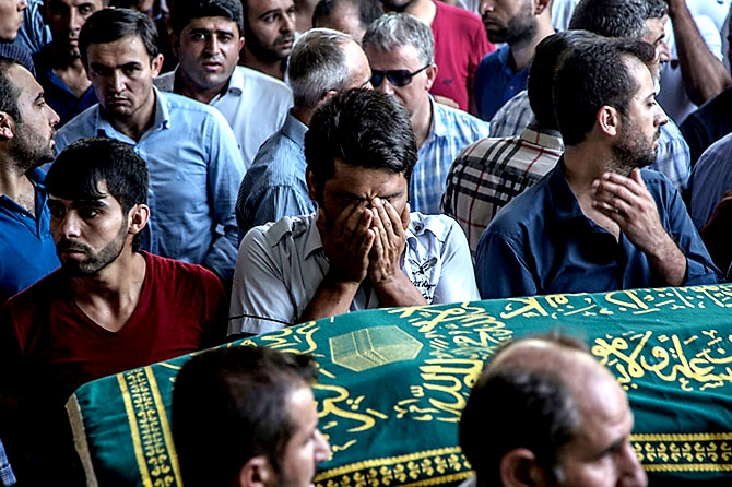 Antep'te bombalı saldırı: En az 50 kişi hayatını kaybetti galerisi resim 54