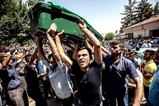 Antep'te bombalı saldırı: En az 50 kişi hayatını kaybetti galerisi resim 59