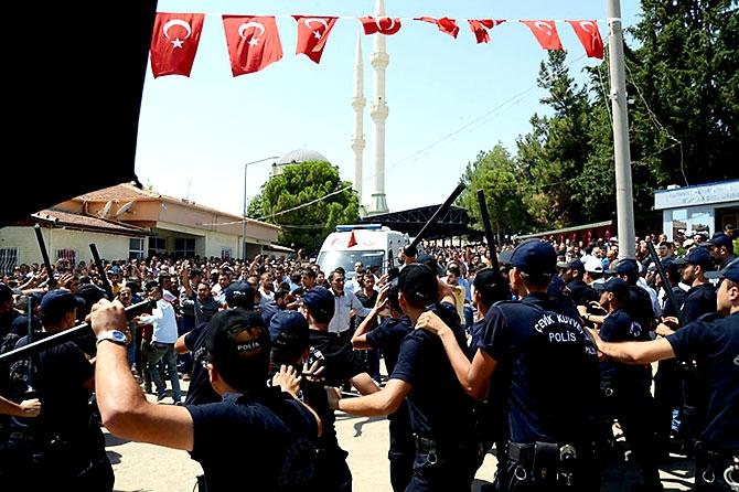 Antep'te bombalı saldırı: En az 50 kişi hayatını kaybetti galerisi resim 64