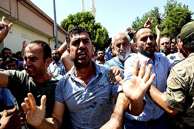 Antep'te bombalı saldırı: En az 50 kişi hayatını kaybetti galerisi resim 67