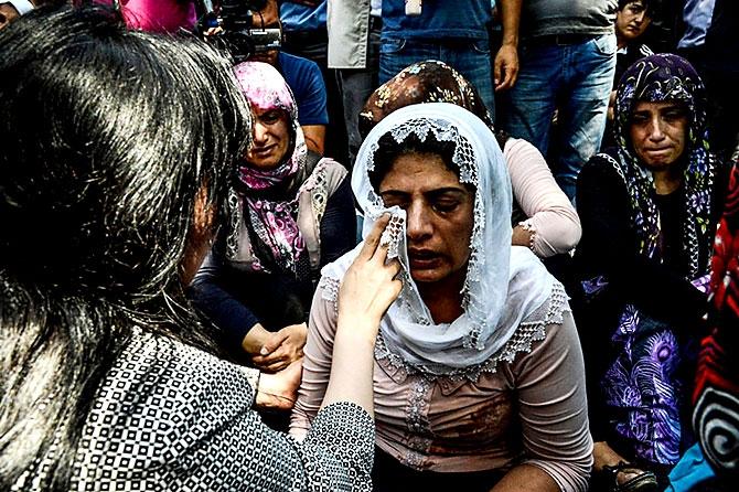 Antep'te bombalı saldırı: En az 50 kişi hayatını kaybetti galerisi resim 73
