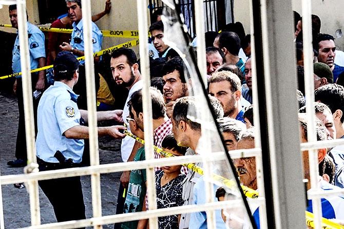 Antep'te bombalı saldırı: En az 50 kişi hayatını kaybetti galerisi resim 78