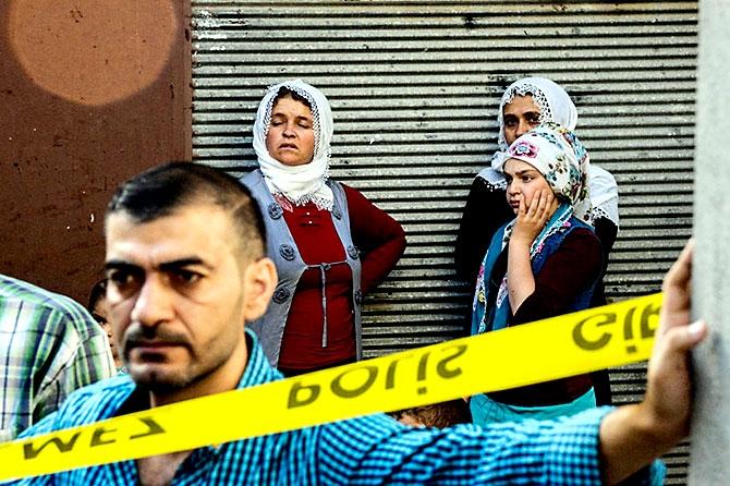 Antep'te bombalı saldırı: En az 50 kişi hayatını kaybetti galerisi resim 82