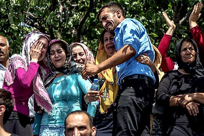 Antep'te bombalı saldırı: En az 50 kişi hayatını kaybetti galerisi resim 83