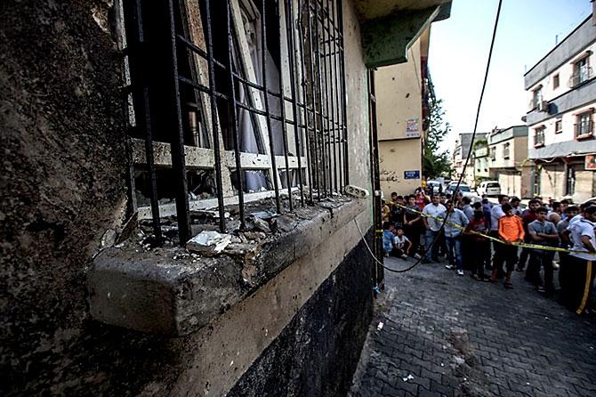 Antep'te bombalı saldırı: En az 50 kişi hayatını kaybetti galerisi resim 86