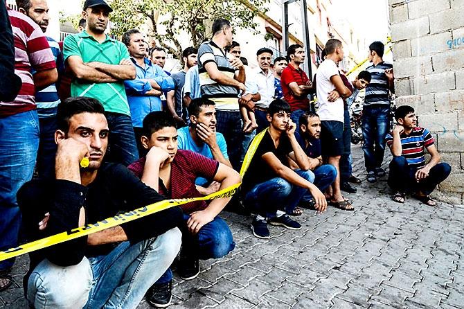 Antep'te bombalı saldırı: En az 50 kişi hayatını kaybetti galerisi resim 94