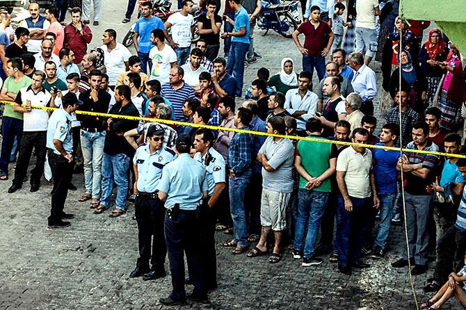 Antep'te bombalı saldırı: En az 50 kişi hayatını kaybetti galerisi resim 96