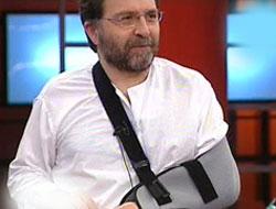 Ahmet Hakan kırık koluyla canlı yayına çıktı
