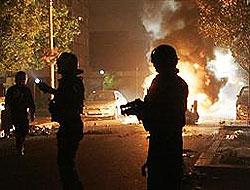 Paris banliyösünde gençler polisle çatıştı