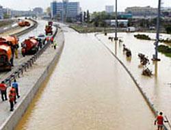 İstanbul'da şiddetli yağmur: E-5 karayolu kapandı