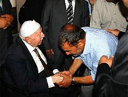 Erbakan'ın elini öpmek için sıraya girdiler